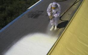 Izolace ploché střechy nástřikem PUR pěny na původní asfaltové krytině
