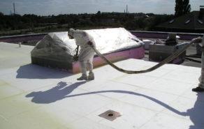 Aplikace pur pěny na střechu budovy