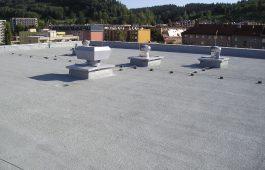 Dokončená střecha panelového domu s povrchem SILICOAT